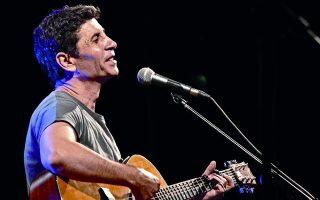 Ο Σωκράτης Μάλαμας αγαπά το λαϊκό τραγούδι και το αναδεικνύει με δύο κιθάρες.