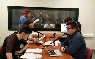 Μαθητές του 2ου ΕΠΑΛ Ευόσμου Θεσσαλονίκης μεταδίδουν ραδιοφωνική εκπομπή από το στούντιο του ΤΕΙ Θεσσαλονίκης.