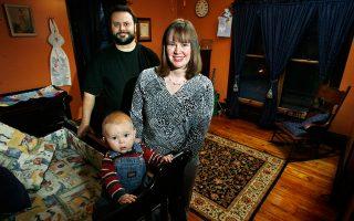 Οι εικονιζόμενοι ευτυχείς γονείς του βρέφους θα ξανακοιμηθούν κανονικά έπειτα από μία πενταετία.