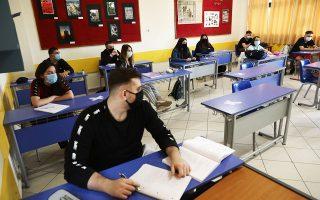 Οι μαθητές και οι γονείς τους οφείλουν να προμηθεύονται τις μάσκες από φαρμακεία, ώστε να είναι σίγουροι για την ποιότητά τους. Επίσης, οι μάσκες πρέπει να είναι υφασμάτινες και να πλένονται καθημερινά, σημειώνει ο πρόεδρος της Ελληνικής Εταιρείας Λοιμωξιολόγων και μέλος της επιτροπής λοιμωξιολόγων για τον κορωνοϊό, Παναγιώτης Γαργαλιάνος (φωτ. INTIME NEWS).