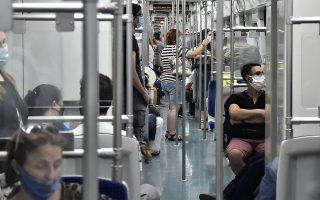 Η χρήση μάσκας συνιστάται ως το πλέον πρόσφορο μέτρο αυτοπροστασίας στις μετακινήσεις με μέσα μαζικής μεταφοράς (φωτ. ΖΑΧΟΣ ΓΙΩΡΓΟΣ / INTIME NEWS).
