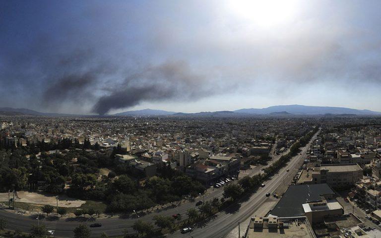 Προς πλήρη κατάσβεση η πυρκαγιά στο εργοστάσιο πλαστικών – Κανονικά η κυκλοφορία στην Ε.Ο.