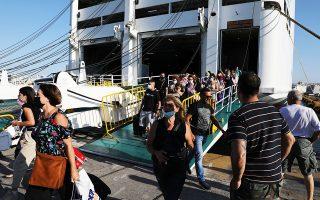 Από σήμερα και καθημερινά, εξειδικευμένο κλιμάκιο γιατρών και νοσηλευτών του ΙΣΑ θα βρίσκεται στο λιμάνι του Πειραιά (πύλη Ε1) προκειμένου να εξετάζει, σε εθελοντική βάση, επιβάτες πλοίων οι οποίοι επιστρέφουν και παρουσιάζουν ύποπτα συμπτώματα (φωτ. INTIME NEWS).