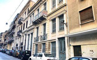 Στην οδό Τήνου στην Κυψέλη διασώζονται αρκετά προπολεμικά κτίρια.