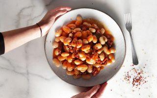 gigantes-me-koliandro-kai-liastes-tomates-2301406