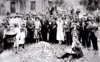 Νεόνυμφοι, συγγενείς και καλεσμένοι σε γάμο στο Διαβολίτσι (1927). Αρχείο Κωνσταντίνου Μητρόπουλου, ΓΑΚ – Μεσσηνίας.