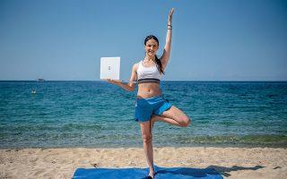 Η Κατερίνα Χατζηιωάννου παραδίδει μαθήματα γυμναστικής από το εξοχικό της. Φωτογραφίες: Αλέξανδρος Αβραμίδης