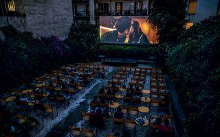 Λιγοστοί θεατές στα «Παναθήναια» στη Μαυρομιχάλη παρακολουθούν τα οσκαρικά, περυσινά «Παράσιτα». © Πέτρος Γιαννακούρης/ΑP