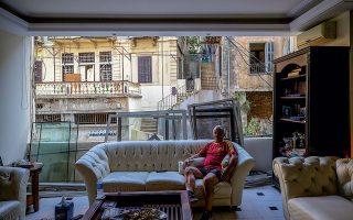 Ο Τζορτζ Αμπντό, κάτοικος της πόλης, φωτογραφίζεται στο σαλόνι του. Ακόμα  και στα σπίτια που βρίσκονταν αρκετά μακριά από το λιμάνι  τα τζάμια δεν άντεξαν  την έκρηξη.
