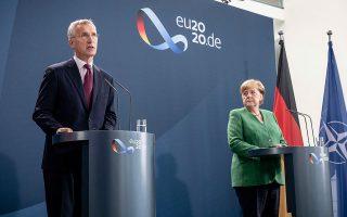 O γ.γ. του ΝΑΤΟ Γενς Στόλτενμπεργκ και η Γερμανίδα καγκελάριος Αγκελα Μέρκελ κατά τη συνέντευξη Τύπου που παραχώρησαν χθες, μετά τη συνάντησή τους, στο Βερολίνο. (Φωτ. A.P.)