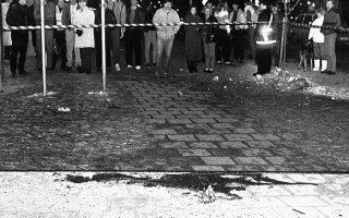 Ένα μπουκέτο λουλούδια έχει αφεθεί δίπλα στη λίμνη αίματος στο σημείο που δολοφονήθηκε ο σοσιαλδημοκράτης πρωθυπουργός της Σουηδίας, Ούλωφ Πάλμε, στη Στοκχόλμη, το 1986. Ο Σουηδός πρωθυπουργός, ο οποίος εκείνο το βράδυ περπατούσε στους δρόμους της σουηδικής πρωτεύουσας χωρίς προστασία, όπως συνήθιζε, γυρνούσε στο σπίτι του πεζός μαζί με τη σύζυγο του από έναν κινηματογράφο, όταν δέχθηκε δύο σφαίρες στο στομάχι από έναν άγνωστο, ο οποίος στη συνέχεια εξαφανίστηκε. Η δολοφονία παραμένει μέχρι σήμερα ανεξιχνίαστη. (AP Photo/Borje Thuresson)