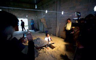 Έπειτα από προσπάθειες 13 ετών, ο Χοακίν Γκουσμάν συνελήφθη το 2014, για να αποδράσει μετά λίγους μήνες μέσω ενός τούνελ που κατέληγε στο σημείο όπου βλέπουμε εδώ τον ρεπόρτερ της μεξικανικής τηλεόρασης να δίνει το ρεπορτάζ. ©AP Photo/Eduardo Verdugo