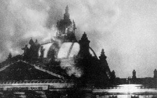 Τέσσερις μήνες μετά την ορκωμοσία του Αδόλφου Χίτλερ στο αξίωμα του καγκελάριου του Γερμανικού Ράιχ, το κτίριο του γερμανικού κοινοβουλίου τυλίγεται στις φλόγες σε μία από τις πιο εμβληματικές και καθοριστικές στιγμές της πορείας βύθισης της Γερμανίας στο σκοτάδι του ναζισμού, στο Βερολίνο, το 1933. (AP Photo)