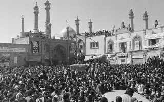 Μετά από 18 χρόνια εξορίας, όντας διωκόμενος από το καθεστώς του Σάχη, ο ηγέτης της Ιρανικής Επανάστασης και θρησκευτικός και πολιτικός ηγέτης του Ιράν από το 1979 μέχρι τον θάνατο του, το 1989, Ρουχολάχ Χομεϊνί, επιστρέφει στο Ιράν και γίνεται δεκτός από πλήθος κόσμου, στην ιερή πόλη της Κομ, το 1979. (AP Photo/Michel Lipchitz)