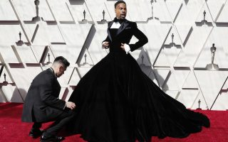 epaselect epa07394042 Billy Porter arrives for the 91st annual Academy Awards ceremony at the Dolby Theatre in Hollywood, California, USA, 24 February 2019. The Oscars are presented for outstanding individual or collective efforts in 24 categories in filmmaking.  EPA/ETIENNE LAURENT *** Local Caption *** 54174449