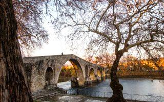 «Ολημερίς το χτίζανε, το βράδυ γκρεμιζόταν»: το θρυλικό γεφύρι της Άρτας στον ποταμό Άραχθο. (Φωτογραφία: ΚΛΑΙΡΗ ΜΟΥΣΤΑΦΕΛΛΟΥ)