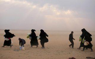 Γυναίκες αποχωρούν από το χωριό Μπαγκούζ, στην περιοχή Ντεΐρ Αλ Ζορ. (REUTERS/Rodi Said)