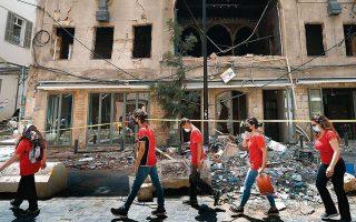 Εθελοντές φοιτητές βοηθούν στον καθαρισμό κατεστραμμένων κτιρίων στην καρδιά της Βηρυτού, μία εβδομάδα μετά τη φονική έκρηξη στο λιμάνι της πόλης, που άφησε άστεγους περίπου 250.000 ανθρώπους. Φωτ. A.P.