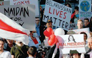 «Οι ζωές των Λευκορώσων μετράνε», αναγράφεται σε πλακάτ διαδηλωτή έξω από την πρεσβεία της Λευκορωσίας στη Ρίγα της Λετονίας. Φωτ. ΕΡΑ