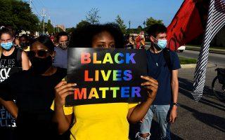 Διαδηλωτές στην Κενόσα. Οσο περισσότερο διαρκούν οι ταραχές, τόσο περισσότεροι αναποφάσιστοι ψηφοφόροι των προαστίων θα πάψουν να αντιμετωπίζουν με συμπάθεια το κίνημα «Οι ζωές των μαύρων έχουν αξία». Φωτ. EPA