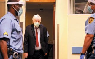 O Ράτκο Μλάντιτς προσέρχεται στο Δικαστήριο των Ηνωμένων Εθνών. (Φωτ. REUTERS)