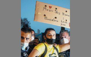 «Μέσι, μείνε σπίτι, σ' αγαπώ», διαμηνύει οπαδός που έχει συλληφθεί κατά τη συγκέντρωση διαμαρτυρίας φιλάθλων και την εισβολή στο «Καμπ Νου». (Φωτ. EPA)