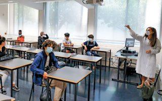 Mάθημα σε γυμνάσιο της Λισσαβώνας επί πανδημίας. Στην Πορτογαλία, τα σχολεία έχουν ήδη ανοίξει με όλες τις απαραίτητες προφυλάξεις (προστατευτικές μάσκες, διατήρηση αποστάσεων, συχνές απολυμάνσεις κ.λπ.). (Φωτ. REUTERS)