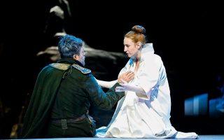 Η Στεφανία Γουλιώτη, ως Κλυταιμνήστρα, με τον Nτου Τζενγκίνγκ, που έχει τον ρόλο του Αγαμέμνονα. Φωτογραφίες: Wang Ηaochen