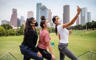 Αναγκαίο εργαλείο για τις νέες κοπέλες αποτελεί το φίλτρο φωτογραφιών, με το οποίο κερδίζουν στη μάχη των «likes». (Φωτ. REUTERS/ADREES LATIF)