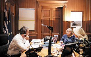 Οι κ. Ελένη Σουρανή και Αλεξάνδρα Παπαδοπούλου κατά την προχθεσινή τηλεφωνική επικοινωνία του πρωθυπουργού με τον πρόεδρο των ΗΠΑ Ντόναλντ Τραμπ. (Φωτ. ΠΑΠΑΜΗΤΣΟΣ ΔΗΜΗΤΡΗΣ)