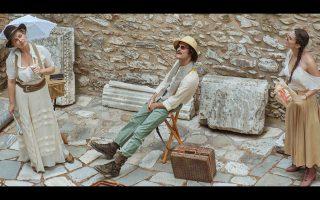 Στιγμιότυπο από την παράσταση «Σπουδαία ερείπια: Η Ελλάδα με τα μάτια των ξένων ταξιδιωτών (16ος-19ος αιώνας)», σε σκηνοθεσία Νατάσας Τριανταφύλλη.
