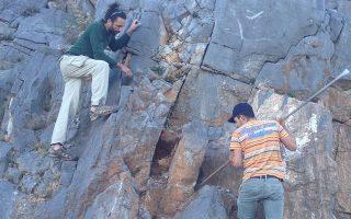 Εξόρυξη πέτρας με παραδοσιακό τρόπο από παλιό νταμάρι στο πλαίσιο εργαστηρίου της τέχνης της πέτρας. (Φωτ. ΑΝΘΗ ΤΗΣ ΠΕΤΡΑΣ)|