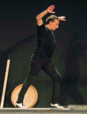 «Χρειάζομαι απόλυτη συγκέντρωση για να ακούω τους χτύπους της καρδιάς μου. Και να συντονίζομαι μαζί τους. Εκτός από τον χορό, σε αυτό το κομμάτι αντιλαμβάνομαι τον εαυτό μου και ως μουσικό», λέει ο Ισραέλ Γκαλβάν.