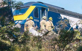 Τρεις άνθρωποι έχασαν τη ζωή τους και άλλοι έξι τραυματίστηκαν σε εκτροχιασμό τρένου νότια του Αμπερντίν, στη Σκωτία. Μεταξύ των νεκρών περιλαμβάνεται και ο οδηγός της αμαξοστοιχίας. Το δυστύχημα οφείλεται σε κατολίσθηση, την οποία προκάλεσαν οι σφοδρές βροχοπτώσεις που έπληξαν την περιοχή (φωτ. ASSOCIATED PRESS)