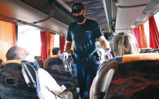 Το Σάββατο, αστυνομικοί της Τροχαίας πραγματοποίησαν 1.039 ελέγχους σε στάσεις λεωφορείων, ΚΤΕΛ, μετρό και βεβαίωσαν 24 παραβάσεις, οι 18 για μη χρήση μάσκας (φωτ. INTIME NEWS).