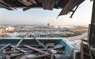 «Παράθυρο» στην καταστροφή. Οι 2.750 τόνοι του χημικού λιπάσματος που προκάλεσαν την έκρηξη φυλάσσονταν 6,5 χρόνια σε αποθήκη στο λιμάνι της Βηρυτού (φωτ. A.P. Photo/Hassan Ammar).