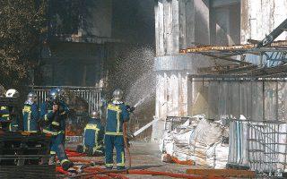 Χθες, στην αποθήκη υπήρχαν μόνο μικρές εστίες καπνού. Λόγω των προβλημάτων στατικότητας του κτιρίου, οι πυροσβέστες δεν μπορούσαν να μπουν και να κάνουν ρίψεις νερού στο εσωτερικό του (φωτ. INTIME NEWS).