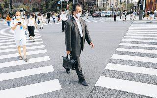 Αυξάνονται με ραγδαία ταχύτητα τα νέα κρούσματα κορωνοϊού στο Τόκιο και πλέον η μάσκα έχει γίνει απαραίτητο αξεσουάρ για όλους (φωτ. REUTERS).