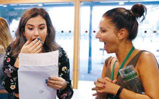 Καθηγήτρια λυκείου μοιράζεται με μαθήτριά της τον ενθουσιασμό της για τους βαθμούς της στις εξετάσεις για τα ανώτατα εκπαιδευτικά ιδρύματα (φωτ. REUTERS).