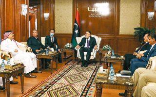 Ο Φαγέζ αλ Σαράζ υποδέχεται τους υπουργούς Αμυνας της Τουρκίας και του Κατάρ στην Τρίπολη (φωτ. REUTERS).