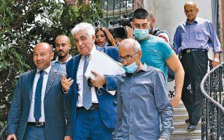 Ο μέχρι χθες υπουργός Εξωτερικών του Λιβάνου, Νασίφ Χίτι, εγκαταλείπει το κτίριο του υπουργείου, έχοντας υποβάλει την παραίτησή του στον πρωθυπουργό Χασάν Ντιάμπ.