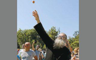 Διαδηλωτής εκτοξεύει αυγό προς το κτίριο του σερβικού Κοινοβουλίου (φωτ. REUTERS).