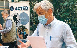 Ο αντιπρόεδρος της ανθρωπιστικής οργάνωσης ACTED ενημερώνει δημοσιογράφους στο Παρίσι για την τραγωδία στον Νίγηρα (φωτ. Α.Ρ.).