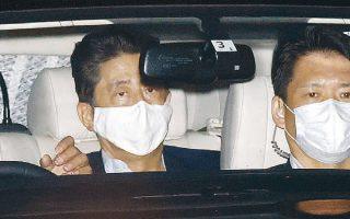 Ο Ιάπωνας πρωθυπουργός επιστρέφει στην οικία του από το νοσοκομείο, όπου υποβλήθηκε σε ιατρικές εξετάσεις (φωτ. REUTERS).