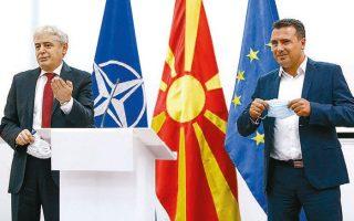 Ζόραν Ζάεφ (δεξιά) και Αλί Αχμέτι ανακοινώνουν τη συμφωνία τους για τον σχηματισμό κυβέρνησης συνεργασίας στα Σκόπια (φωτ. EPA).