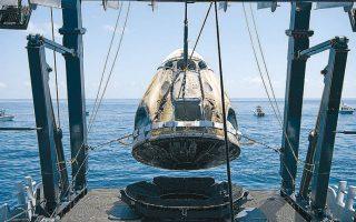 H κάψουλα Crew Dragon Endeavour ανασύρεται από τα νερά του Κόλπου του Μεξικού μετά την επιστροφή της από τον διεθνή διαστημικό σταθμό.