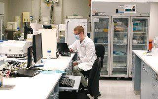 Εργαστήριο της εταιρείας AstraZeneca, που παρασκευάζει το πειραματικό εμβόλιο του Πανεπιστημίου της Οξφόρδης, στο Σίδνεϊ της Αυστραλίας (φωτ. EPA).