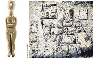 Μαρμάρινο κυκλαδικό ειδώλιο (ύψος 58 εκ.) από την Κέρο, Πρωτοκυκλαδική περίοδος (3.200-2.100 π.Χ.). Δεξιά, αεροφωτογραφία της ανασκαφής στη θέση Χάλασμα (οικόπεδο Παπαοικονόμου), Πάνω Κουφονήσι (φωτ. ΕΦΟΡΕΙΑ ΑΡΧΑΙΟΤΗΤΩΝ ΚΥΚΛΑΔΩΝ).