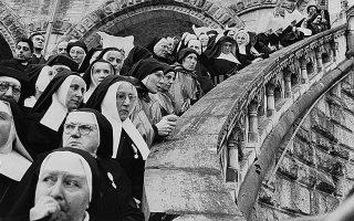 Ανι Λίμποβιτς, Βιμ Βέντερς επιλέγουν φωτογραφίες του Ανρί Καρτιέ-Μπρεσόν.