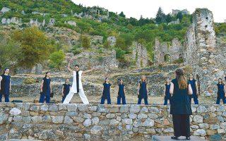 Οι Chorεs παρουσιάζουν ένα πρόγραμμα που περιλαμβάνει ελληνικά παραδοσιακά κομμάτια, συνθέσεις του Γ. Καλομοίρη, αφρικανικά γκόσπελ και τραγούδια των Βαλκανίων.